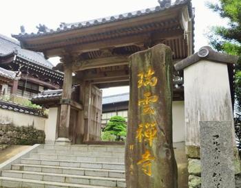 「寺院と教会」の風景は、瑞雲寺・光明寺・正宗寺という3つのお寺と、丘の上の教会により成り立っています。こちらは「瑞雲寺」の山門です。重厚な門構えに、宮大工の技術が光ります。