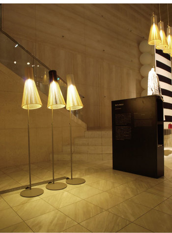 """木製の照明を主に取り扱っている、フィンランドの照明ブランド「secto design(セクトデザイン)」。こちらのフロアランプ""""SECTO4210(セクト4210)""""は、白樺で作られたシェードに中に隠された電球が反射し、暖かみのある光をみ出します。1つだけおくのはもちろんですが、いくつか並べて置いてもハイセンスな印象に。"""