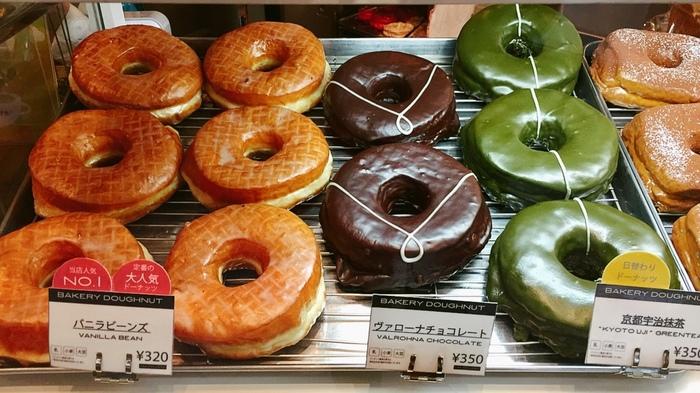 ニューヨークで大人気の「ドーナッツプラント」が日本に出店したドーナツのお店。 合成着色料・保存料・化学調味料・人工甘味料・卵不使用で自然素材にこだわった手づくりドーナツです。