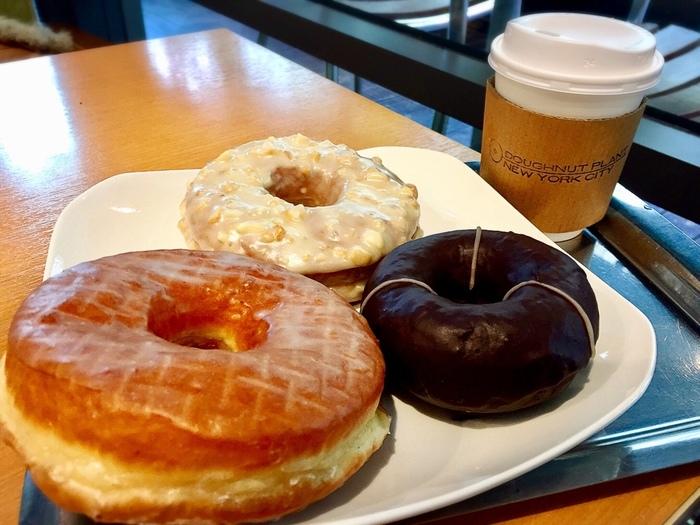 ドーナツは、食べ応えのある大きめサイズ。ふかふかでしっとりとした味わいです。