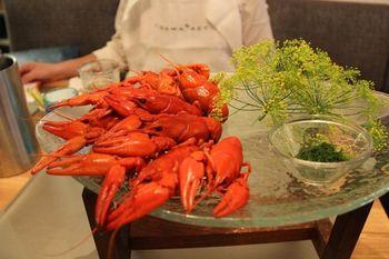 8月から9月にかけて、家族や友人が集まりザリガニパーティーを開く風習があるフィンランド。塩とディルで茹でた真っ赤なザリガニは、なかなかの迫力。レストランでも食べられるので、夏に旅する人はぜひ試してみて。