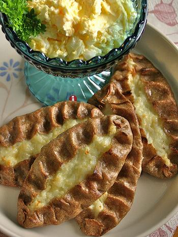 ピーラッカとは、南カラレアの方言で「パイ」という意味。ライ麦の生地にミルク粥やジャガイモ、ニンジンを包んで焼いたフィンランドの名物です。ライ麦とミルク粥の絶妙な甘さが病み付きになります。