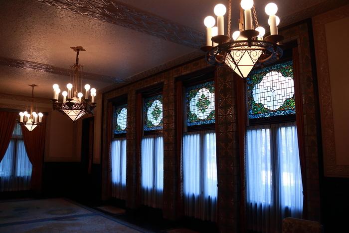雰囲気のある館内。ステンドグラスや家紋をモチーフにしたタイル、照明、どれをとっても美しく上品で素敵ですね。
