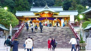 諏訪神社は地元の人に「おすわさん」との愛称で親しまれ、長崎の総氏神と仰がれています。毎年10月に行われる「長崎くんち」は日本三大くんち祭りのひとつで、毎年多くの観光客が神社を訪れます。「長坂(ながさか)」と呼ばれる参道の階段を登りきったところに大門、その奥に拝殿があります。