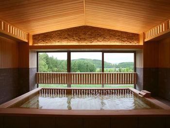 35,000坪の広大な敷地に25部屋のみの、解放感あふれる温泉宿「フラノ寶亭留」。富良野の深い木立に抱かれて四季折々の景観が楽しめる、大人のための閑静な宿です。