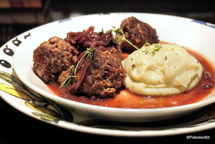 フィンランドのミートボール。ホワイトソースをかけて食べるのが特徴です。付け合せはマッシュポテトと甘酸っぱい紫キャベツのピクルスなどが定番。