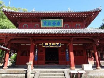 こちらは崇福寺ふたつめの国宝である「大雄宝殿(だいゆうほうでん)」です。1646年に上梁され、長崎市では現存最古の建物となっています。軒下の「擬宝珠(ぎぼし)付き垂花柱(すいかちゅう)」は珍しく、この建物の大きな特徴となっています。