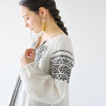 インド製のコットンリネンを使った刺繍ブラウス。エレガントさとナチュラルさを兼ね備えた、大人のエスニックテイストが魅力です。