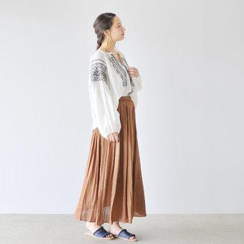 女性らしいスリットネックや、ボリュームのある袖も華やか。柔らかな素材のスカートと合わせたり、またデニム素材などともマッチします。