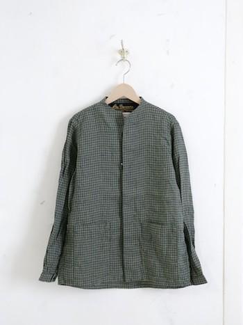 フランス産のリネン生地を使った、ノーカラーワークシャツ。身幅にはゆとりを持たせながら、肩周りはすっきりデザインされているので、カジュアルになりすぎず、シルエットがきれいです。ほどよく厚みのあるリネンは、しっかりとした作りで肌ざわりもさらっと快適。