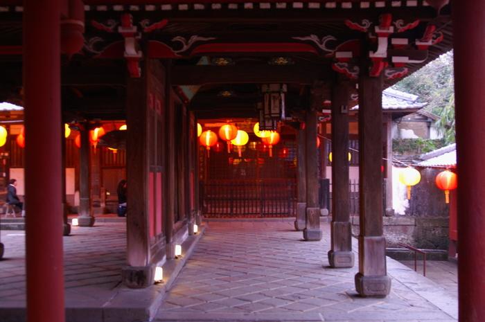 お祭りの時期に、大雄宝殿の朱色と極彩色のランタンが美しく光る夕暮れどきの風景です。開かれた港から訪れ来る新しい文化、人、その全てを受け入れてきた長崎という街の温かみが感じられます。