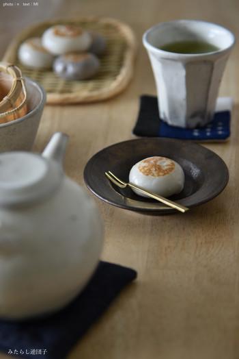素朴な和菓子も、渋い雰囲気の豆皿に乗せると魅力が増します。 和の雰囲気に浸るのもいいですね。