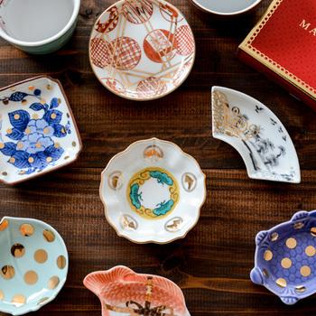 アーティスト村上周(あまね)氏が主体となって展開されている、古き良き日本のアートを日常に取り入れた商品をクリエイトする「amabro(アマブロ)」。 富士山や亀などがモチーフの九谷焼の豆皿の他にも、ムーミンと九谷焼のコラボ、波佐見焼の窯元20社のコラボによる陶器など、贈っても贈られても嬉しい素敵なデザインの器がたくさん!
