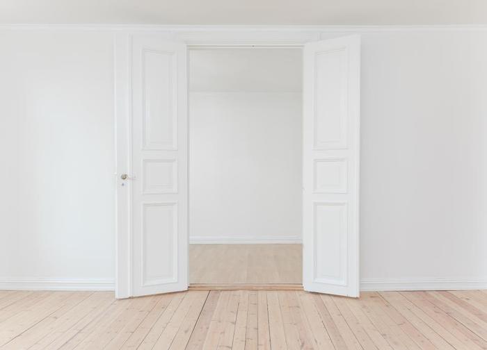 また、ドアに向けて枕元があると家族の出入りが気になったり、ドアの音で目が覚めてしまいやすくなります。ドアからは距離を空けてベッドを配置するようにしましょう。