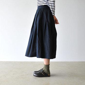 女性の可愛らしさを引き立ててくれるプリーツスカート。ふんわりとほどよいボリュームと、ウエスト周りのすっきり感。とてもバランスよい、上品なデザインです。気になるボディラインも上手にカバーしてくれます。