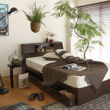 収納付きベッドもモノの出し入れがしやすいスペースを確保しましょう。ベッドを置くお部屋が狭い場合は、左右の空間が不要な跳ね上げタイプの収納がおすすめです。