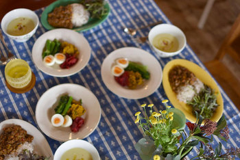 季節感のある食器と言ってもごっそり入れ替えるのは大変ですし、収納も困ります。1種類を1色か2色程度加えるだけで雰囲気は変わりますよ。 あとは季節のお花やテーブルクロスを変えれば、食卓で春を満喫できるように。