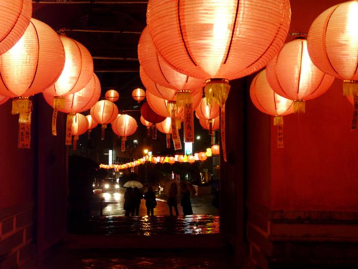 長崎を代表する寺院である「崇福寺(そうふくじ)」では、中国の旧正月の時期に、中国提灯や光のオブジェを飾る「長崎ランタンフェスティバル」というお祭りが行われます。開催されている期間は、美しいライトアップが施され、まるで異国へ迷い込んだかのような幻想的な雰囲気を味わうことができます。