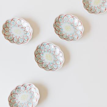 何枚あっても重宝する作陶家赤地径さんの豆皿。少しずつたくさん並べたくなりますよね。生まれ育った九谷の土と絵の具で作ることにこだわられているのだそう。伝統的な赤絵に明るいグリーンやイエローが華やかです。