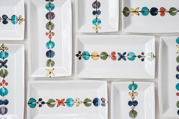 徳永遊心さんの作品で九谷焼きです。「古九谷」という1600年代から50年ほどしか作られなかった技法に近い色彩なのだそう。カラフルな花模様が一列に並んだ絵柄は、ぱっと目を惹き華やかですね。