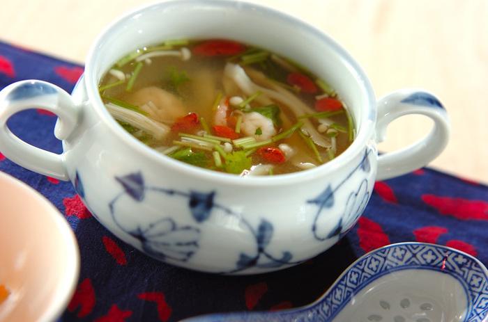 エスニック風のスープは普段とはちょっと違う雰囲気を演出したいときに便利です。レモン汁が入っているので、さっぱりといただけます。