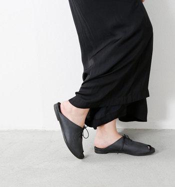 究極の洗練されたスリッパといえる「imanishi+(ユウコイマニシプラス)」のレザーサンダル。しっとりと柔らかい天然皮革が足に自然とフィットします。インソールにはクッション材が入っていて快適。紐付きだから足の形に合わせて調整できるのも嬉しいところ。