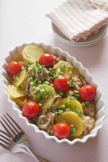 豚肉とじゃがいも、ネギに調味料と片栗粉を揉み込んで、ミニトマトを乗せ、レンジでチンするだけの簡単レシピ♪ニンニクでスタミナもたっぷりと。