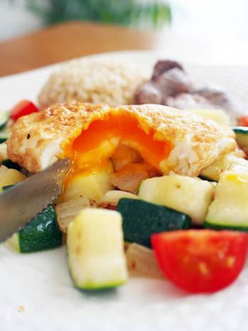 """""""スパニッシュフライドエッグ""""は、高温の油で揚げる目玉焼き。ふんわり、さくっとした食感で、中からとろりと黄身が流れ出します♪"""
