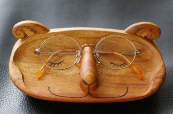 メガネつながりで、もう1つ。大切なメガネは、木彫りの羊さんに預かってもらいましょう。