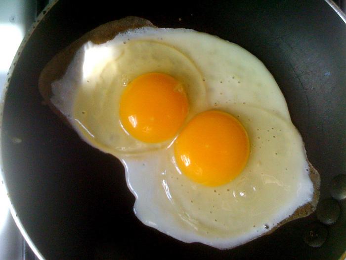 スプーンを使って、オイルを卵に掛けながら揚げていきます。こんがりと焼き色がついたら、塩コショウやニンニクを使ってお好みで味付けすれば完成です。