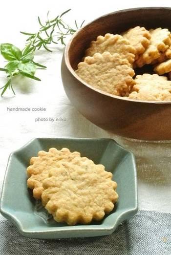 バジルをお菓子に使う意外かもしれない発想。バジルとともにローズマリーを刻んで混ぜたクッキーです。甘さ控えめに作って、料理と一緒に楽しむのもよさそうですね。