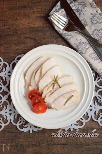 蒸し鶏や鶏ハムなど鶏むねにローズマリーを加えてハーブチキンに。サラダなどアレンジの幅も広がりそうです。ローズマリーは加熱しても香りが失われないので、煮る・焼くなど加熱する料理にも向いています。