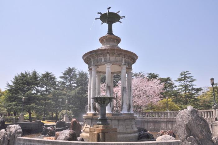 旅って…その街に溶け込んで、地元の人が楽しむスポットを体験することも面白いですよね。 鶴舞公園に隣接する「鶴間駅」周辺は、まさにそんな名古屋の人が楽しむおしゃれなカフェやショップが多く点在します。こちらの「鶴舞公園」は、桜、あじさい、花菖蒲、バラなど季節を楽しめる憩いのスポットですので、よってみてはいかがでしょう?