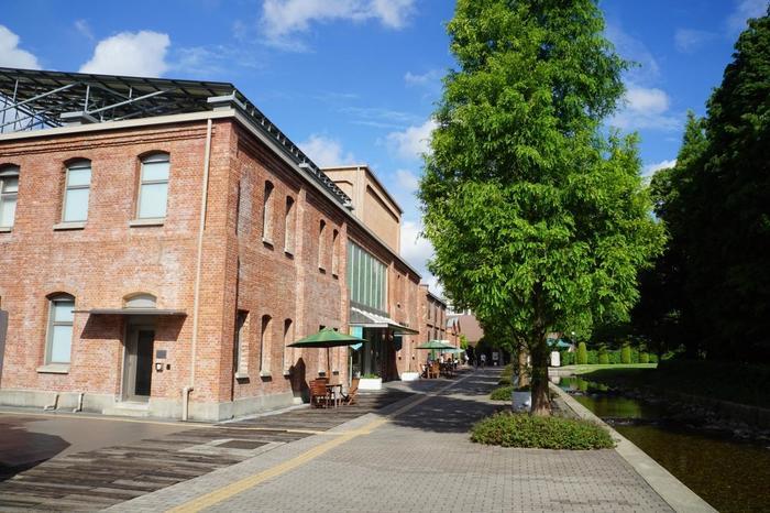 100年以上もの歴史をもつ日本が誇る陶磁ブランド「Noritake」を知って楽しむスポットです。ゆったりとした敷地の中に、明治時代に建てられた赤レンガの建物が配置され、季節の草花も楽しめる憩い場所となっています。