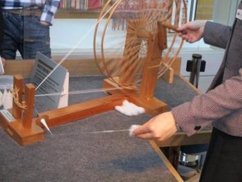 綿から糸をつむぐパフォーマンスなどもあり、近代日本の発展を支えた紡績業や自動車の技術の変遷など、楽しみながら日本の産業技術について学べます。