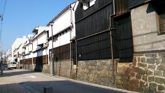 1610(慶長15)年)名古屋城築城とともにつくられた商人町「四間道 (しけみち)」は、1700(元禄13)年の大火の後、防火の目的で道路幅を四間(約7メートル)に広げその名前がついたそうです。石垣の上に建つ土蔵群や町家の景観が、風情を感じますね。