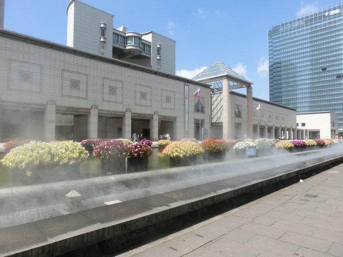 横浜美術館は横浜市みなとみらいにある美術館です。1989年に開館して以来、近代美術・現代美術に焦点をあて作品を収集しています。建物は「世界のタンゲ」と言われる国外でも活躍している丹下健三氏の設計です。