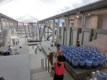 館内は、御影石を使った高さ約20メートルの広々とした吹き抜けの開放的なグランドギャラリーが特徴です。エントランスでは、多くのイベントやレセプションも開催しています。