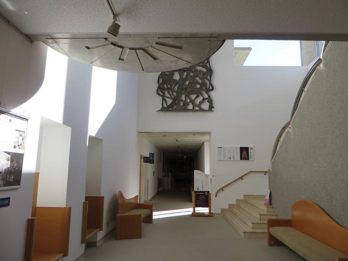 世田谷美術館は、世田谷区の在住作家の収集をはじめ、先史美術・現代美術などの幅広い分野の芸術を展示してきました。また、世田谷美術館の別館「宮本三郎記念美術館」には、洋画家・宮本三郎氏の作品が展示されているので、こちらを訪れるのもお忘れなく。
