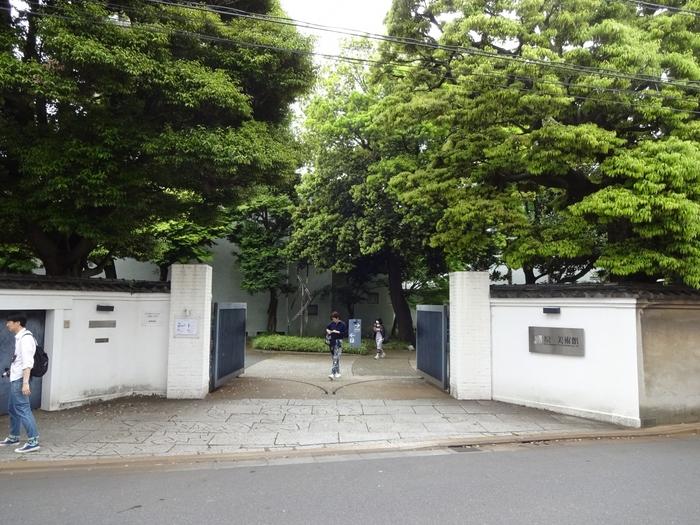 原美術館は、品川駅 高輪口より徒歩15分、車なら5分ほどの住宅街のなかにあります。実業家・原邦造の邸宅をそのまま美術館へと改築した歴史ある建物です。