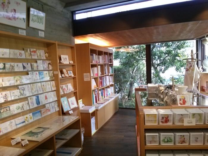 店内にはちひろグッズが所狭しと飾られており、手に取れる絵本やさわれるおもちゃも展示されています。