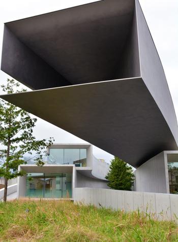 特徴的な外見は、2011年の日本建築家協会「日本建築大賞」に選ばれています。空調のための排煙チャンバーを、鋼板構造により美しいフォルムで実現しており、現代美が反映されています。