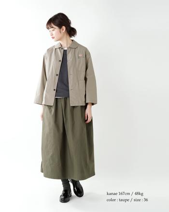 春夏に大活躍してくれそうなコットン素材のカバーオールジャケット。やわらかな雰囲気のスカートとも相性◎ですね。
