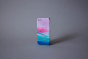 「海と青い空のスマホケース」と名付けられたアイテムは、柔らかな色彩が魅力。他にはない個性的なデザインが大人っぽくかつ可愛らしい印象です。