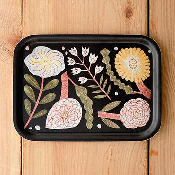 27×20cmのトレイは、白樺製。食器を乗せるにはもちろんのこと、卓上のペーパーアイテムや雑貨の仮置き場にもぴったり。シリーズのiPhoneを置けば、統一感が出ます。