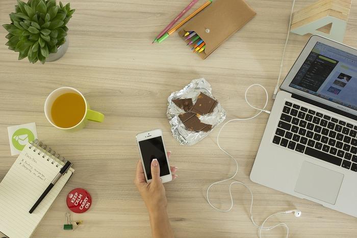 一つ一つは気に入って買ったアイテムたち。iPhoneケースやお財布、ノートなど・・・集めてみるとバッグや机の上がごちゃ付いた印象になってしまっていませんか?スッキリとオシャレな身の回りにしたいなら、ブランドやテイストを揃えたアイテム選びが肝心です。例えばiPhoneケースに合わせて、お気に入りのシリーズで雑貨を統一してみませんか?
