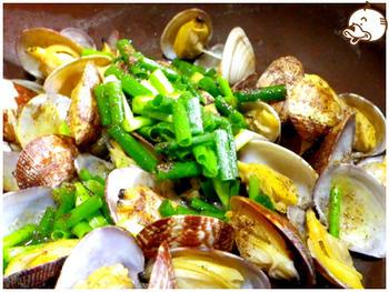 花椒の使い方のところでご紹介した「花椒油」を使った、あさりの酒蒸しの花椒油かけ。油に漬けた花椒の豊かな風味をストレートに味わえるお料理です。あさりの酒蒸しをちょっとアレンジしたいときにぴったり♪