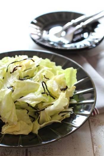 使うのはビニール袋一つ。調理器具を使わず豪快に手でちぎるだけのサラダは、忙しい時や一人暮らしの方にもおすすめの超簡単レシピ。 時間を置くと浅漬けのような仕上がりになるので、好みの美味しさを楽しんみては?