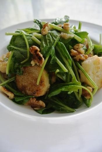 健康にも美容にもうれしい食材で仕上げたサラダは、山芋のボリュームとくるみの食感で食べごたえも満足。 山芋の表面をカリッと焼き上げるのが、美味しさのポイントです。