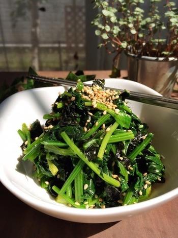 香ばしい香りで食べだすと止まらない韓国海苔を使ったほうれん草のサラダは、栄養たっぷりでお子さんにも喜ばれる美味しさ。 韓国海苔に含まれるごま油で、白いご飯との相性もばっちりです。